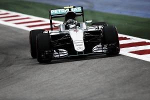 Rosberg manda, Hamilton se estanca