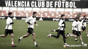 El Valencia CF vuelve al trabajo a puerta cerrada y sin descanso