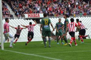 El Bilbao Athletic aguanta con diez y pasa de ronda