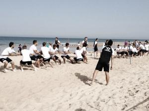 Sesión de trabajo duro y diversión en la playa