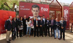 El Granada inaugura la puerta del Nuevo Los Cármenes dedicada a Luis Oruezábal 'Chikito'