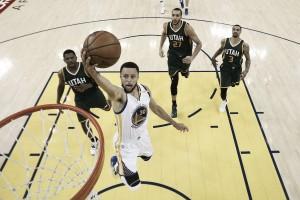 Warriors dominam Jazz e vencem primeiro confronto nas semifinais de conferência