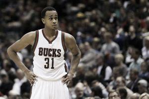 John Henson permanecerá en Milwaukee
