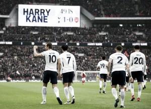 Kane decide de novo, Tottenham tira invencibilidade do Arsenal em Wembley e entra no G-4