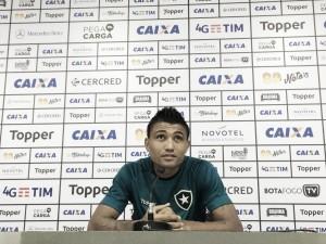 """Ex-Bahia e Vitória, Kieza lamenta confusão em clássico, mas defende Vinícius: """"Futebol está chato"""""""