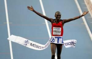 Javi Guerra brilla en una maratón que gana Kiprotich