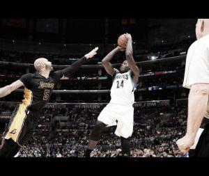 Los Wolves hunden a los Lakers