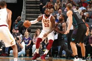 NBA - I Cavaliers superano gli Hornets grazie ai 41 punti di LeBron James; nessun problema per i Clippers contro i Suns