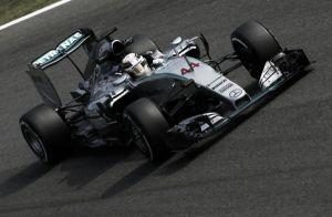 Lewis Hamilton domina contra los elementos
