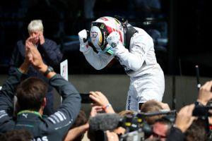 Silverstone, Hamilton trionfa in una gara pazza. Splendido Alonso, sesto