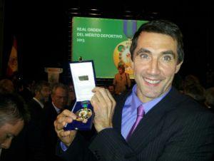 Mateo Garralda recibe su medalla al Mérito Deportivo