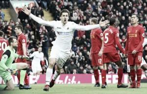 Em dia inspirado de Llorente, Swansea surpreende e bate Liverpool no Anfield