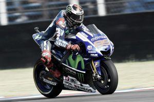 Jorge Lorenzo celebra su continuidad en Yamaha con el mejor tiempo