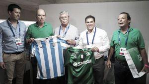 La directiva del Málaga intercambió regalos con la del Deportivo Cali
