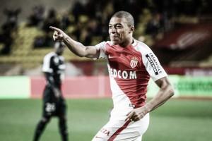 Com hat-trick do jovem Mbappé, Monaco atropela Metz e mantém vantagem na liderança