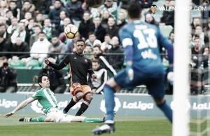 La ineficacia de Betis y Valencia firma un empate a nada
