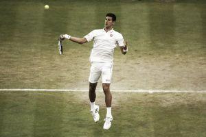 Djokovic camina firme sobre la hierba londinense