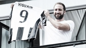 Higuain situation boils over further, father and brother back his actions