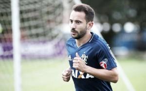 """Éverton Ribeiro evita apontar favoritos em clássico pelo Carioca: """"É um jogo à parte"""""""