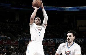 Resumen NBA: Westbrook acerca los playoffs a OKC y los Spurs asaltan Atlanta