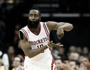 Harden y Howard mantienen con vida a los Rockets