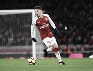 Wenger mostra incômodo com atual janela do Arsenal e diz que Özil não sairá em janeiro