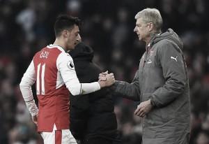 """Wenger mostra confiança na permanência de Özil no Arsenal: """"Não precisa ser convencido"""""""