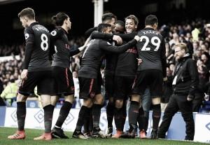Com bela atuação de trio, Arsenal vira sobre Everton e cola no G-4 da Premier League