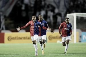 Nadson marca duas vezes e Paraná vence Chapecoense de virada