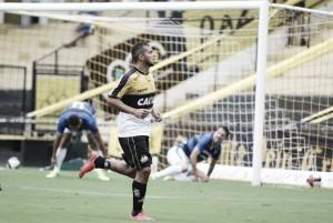 Criciúma passa sufoco, mas bate Tubarão com gol de Pitbul e ainda sonha com título