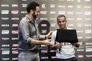 Um verdadeiro gol de placa: Otero recebe homenagem por golaço contra Coritiba