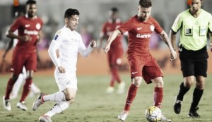 Internacional recebe Santos visando encerrar jejum de 14 jogos sem vitórias no Brasileirão
