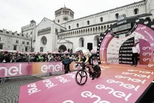 Giro d'Italia, a Dennis la crono di Rovereto. Yates resiste a Dumoulin