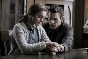 Emma Watson y Ethan Hawke protagonizan la primera imagen de 'Regression', lo nuevo de Amenábar