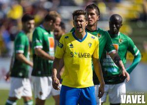 Juan Villar renueva por tres temporadas, en caso de ascender