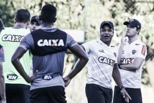Roger Machado mantém Cazares e promove volta de capitão ao time titular