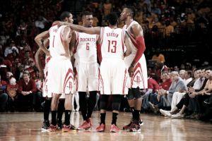 Harden y Howard llevan a los Rockets a la siguiente ronda