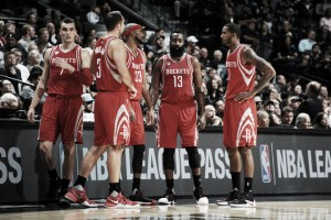 Harden se sale y los Rockets vencen en el derbi Tejano