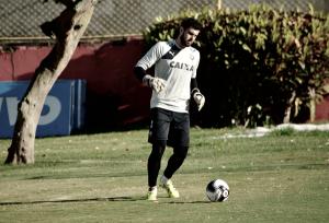 Titular, goleiro Fernando Miguel renova com Vitória até 2018