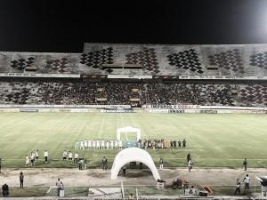 Goleiros inspirados, bolas na trave e chances perdidas: Santa Cruz e Ceará empatam no Arruda
