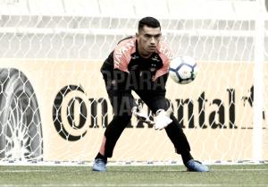 Análise: pedido de Diniz, goleiro Santos se destaca por acertos de passes no Atlético-PR