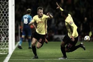 Arsenal toma gol nos acréscimos, leva virada do Watford e perde chance de entrar no G-4