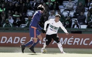 Sport e Coritiba se enfrentam em confronto direto contra zona do rebaixamento