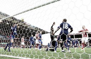L'arbitro e la sfortuna fermano lo Stoke: finisce 1-1 con il Manchester United