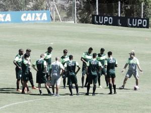 Com ataque desfalcado, Enderson Moreira comanda último treino do América-MG para encarar a URT