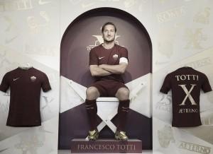 Com 25 anos de Roma, Totti ganha chuteira personalizada da Nike
