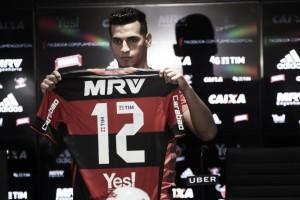 """Trauco é apresentado no Flamengo e afirma: """"Espero fazer história no clube"""""""