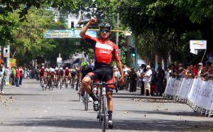 Fernando Gaviria ganó en solitario y es el primer líder de la Clásica de Girardot