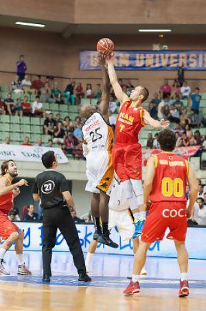 El UCAM Murcia logra la primera victoria tras un gran último cuarto
