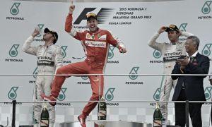 Vettel surpreende e arrasa Mercedes